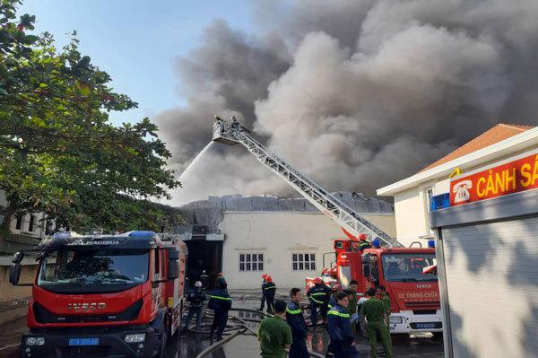 Công ty giày Trung Quốc cháy dữ dội ngày cuối năm - Ảnh 1