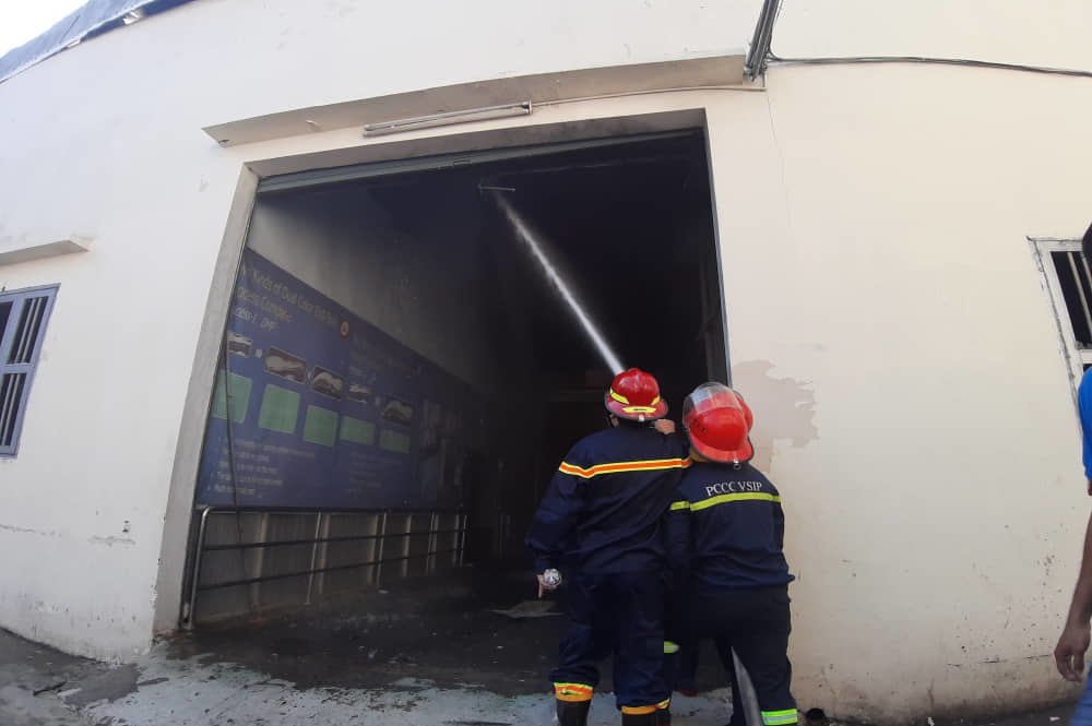Công ty giày Trung Quốc cháy dữ dội ngày cuối năm - Ảnh 2