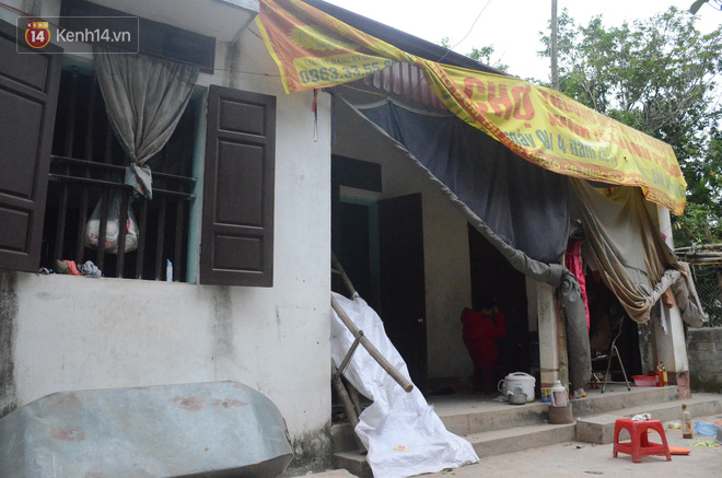 Tết buồn của cặp vợ chồng chênh lệch 43 tuổi ở Hà Nam: Không đào quất, không bánh chưng, 3 đứa con thơ phải mặc đồ cũ - Ảnh 1