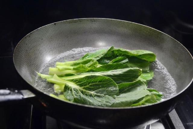 Dù xào rau gì chỉ cần thêm bước này đảm bảo rau xanh mướt - Ảnh 2
