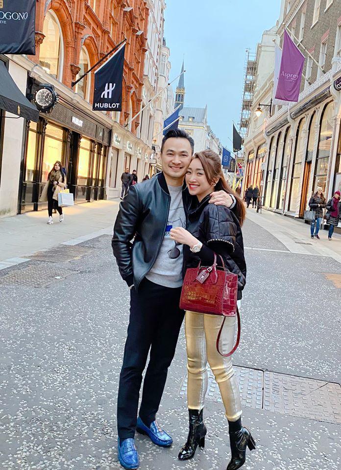 Chi Bảo và bạn gái kém 16 tuổi tình tứ đón xuân tại trời tây - Ảnh 4