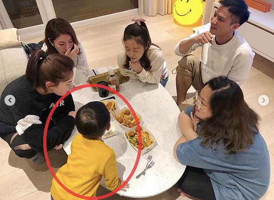 Đăng hình cùng bạn bè lên mạng, Lâm Tâm Như vô tình để lộ ảnh hiếm hoi của con gái Cá Heo Nhỏ?  - Ảnh 5