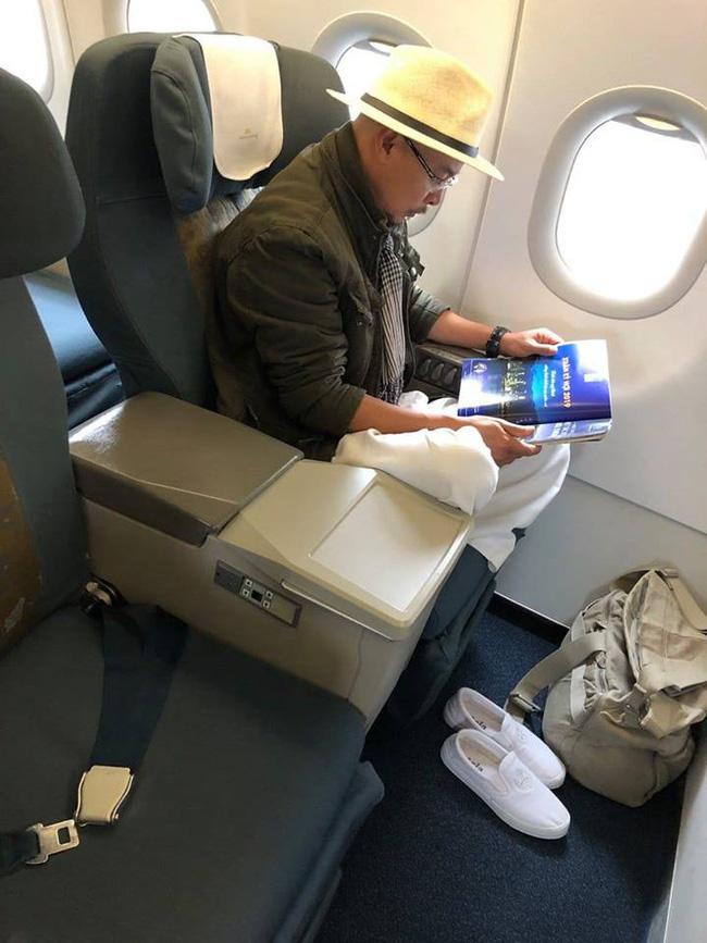 MXH xôn xao hình ảnh ông Đặng Lê Nguyên Vũ ngồi lặng lẽ trên máy bay, đôi giày trắng quen thuộc mới gây bất ngờ - Ảnh 1