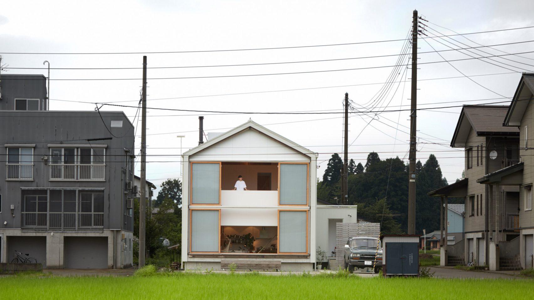 Ngôi nhà hai tầng bình yên với cánh cửa mở rộng đón nắng gió từ đồng lúa xanh tươi - Ảnh 1