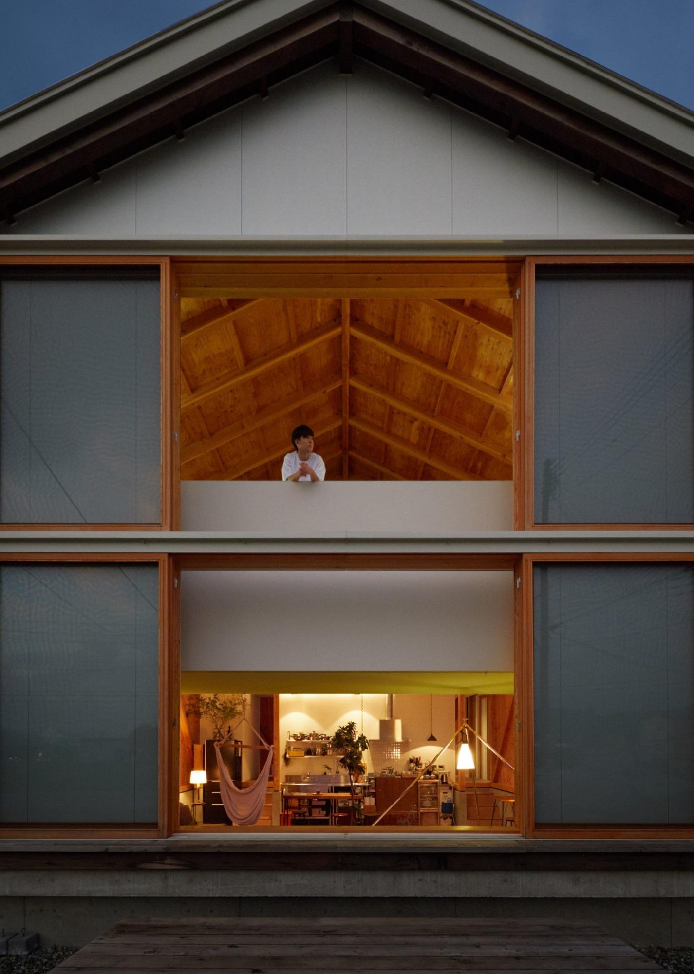 Ngôi nhà hai tầng bình yên với cánh cửa mở rộng đón nắng gió từ đồng lúa xanh tươi - Ảnh 2