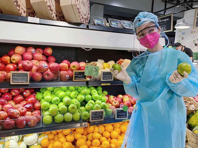 Angela Phương Trinh 'gây sốt' khi xuất hiện trong siêu thị với đồ bảo hộ kín mít - Ảnh 1