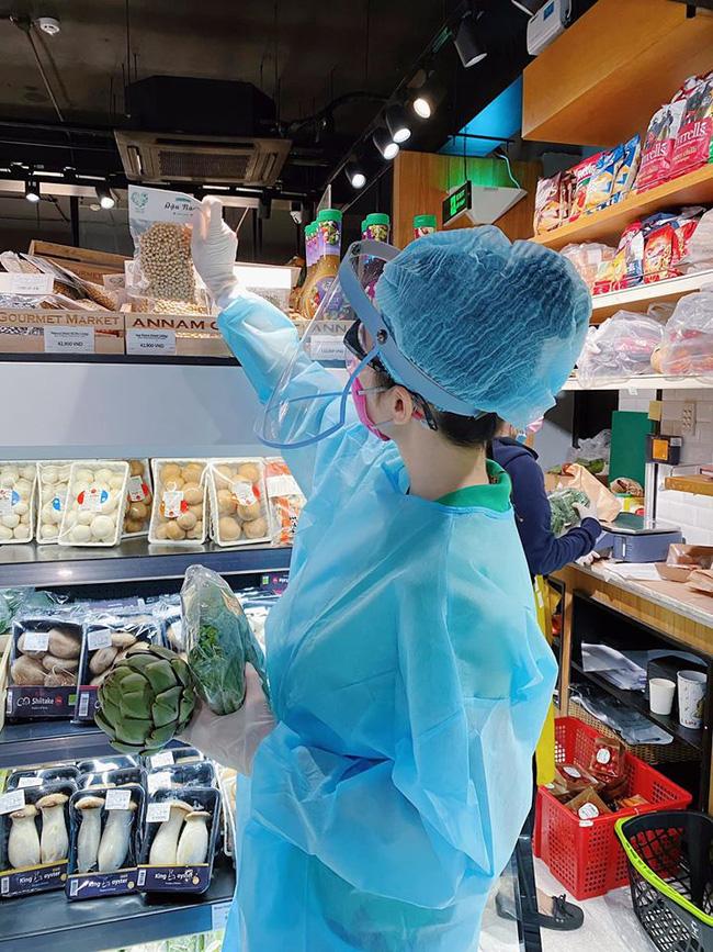 Angela Phương Trinh 'gây sốt' khi xuất hiện trong siêu thị với đồ bảo hộ kín mít - Ảnh 2
