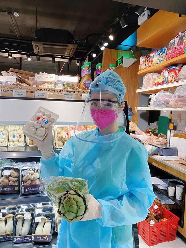 Angela Phương Trinh 'gây sốt' khi xuất hiện trong siêu thị với đồ bảo hộ kín mít - Ảnh 3