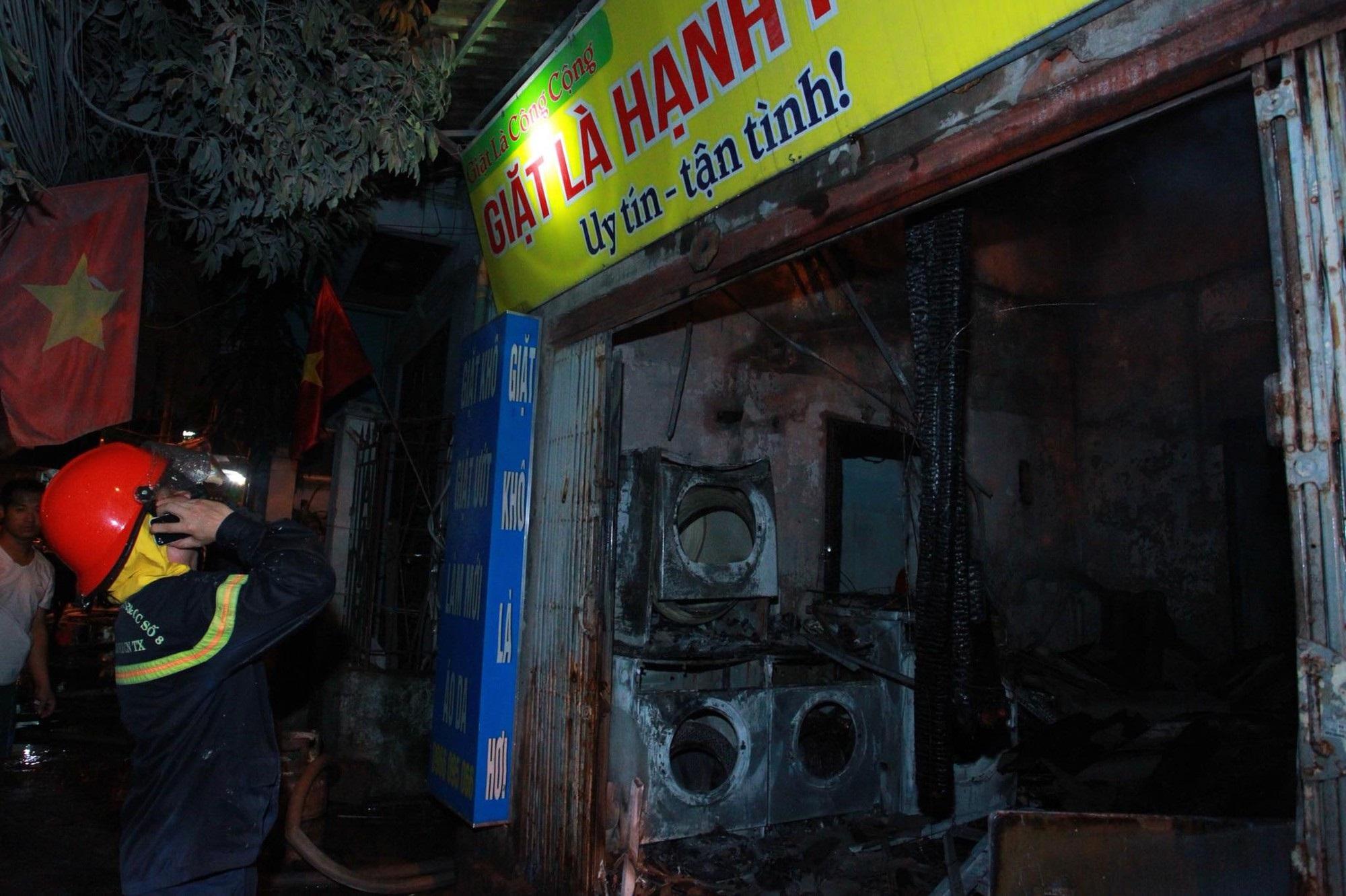 Hà Nội: Cháy lớn cửa hàng giặt là và sang chiết gas, nhiều tài sản bị thiêu rụi hoàn toàn - Ảnh 1