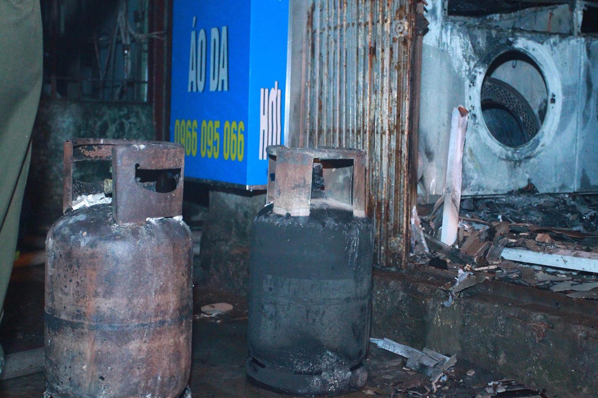 Hà Nội: Cháy lớn cửa hàng giặt là và sang chiết gas, nhiều tài sản bị thiêu rụi hoàn toàn - Ảnh 2
