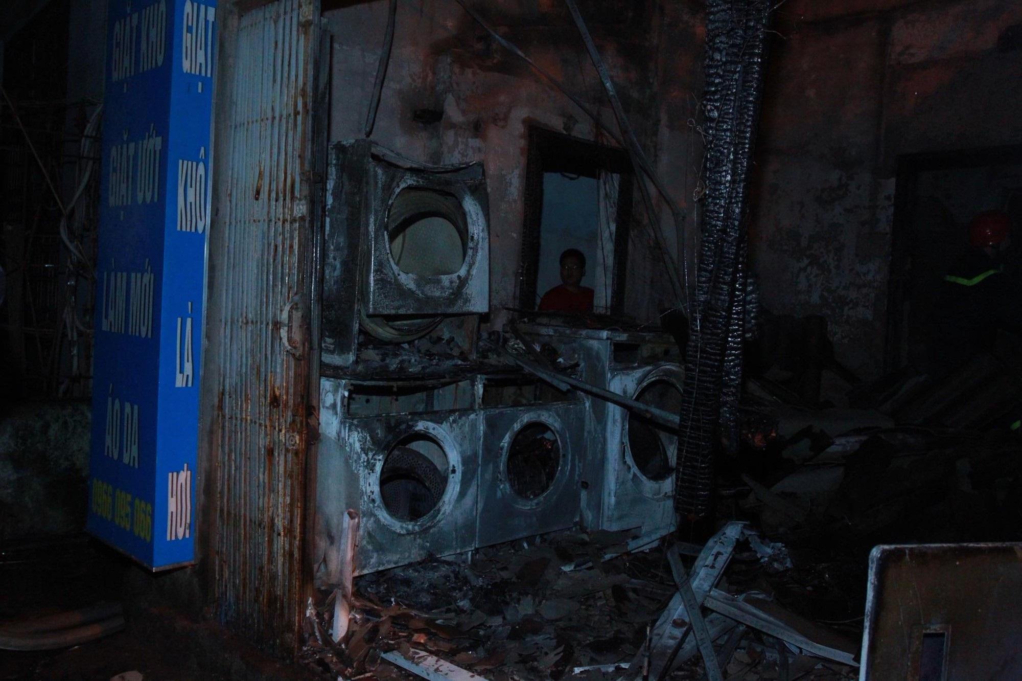 Hà Nội: Cháy lớn cửa hàng giặt là và sang chiết gas, nhiều tài sản bị thiêu rụi hoàn toàn - Ảnh 3