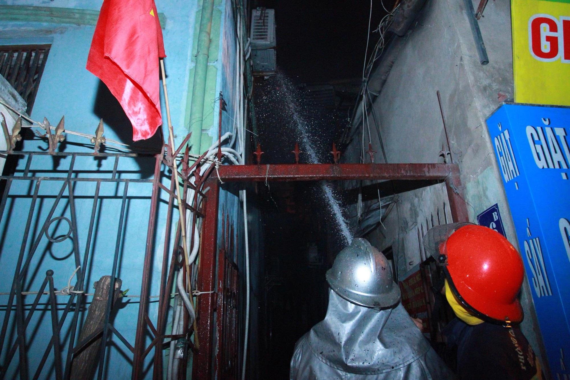 Hà Nội: Cháy lớn cửa hàng giặt là và sang chiết gas, nhiều tài sản bị thiêu rụi hoàn toàn - Ảnh 4