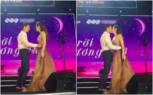 Lần đầu tiên Kim Lý 'khoá môi' Hà Hồ trên sân khấu đầy táo bạo - Ảnh 1