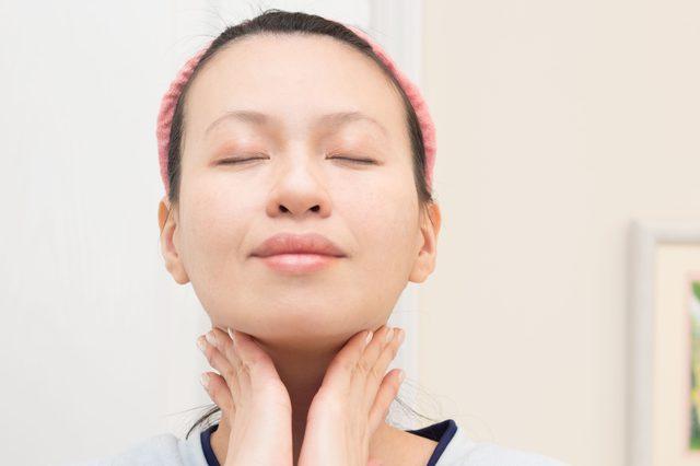 2 phút với kỹ thuật tự massage mặt có thể thay đổi làn da của bạn - Ảnh 1