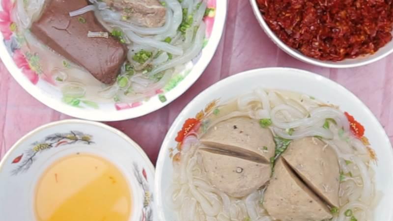 Món ăn nhất định phải thử khi lang thang ngôi chợ trăm tuổi ở Sài Gòn - Ảnh 1