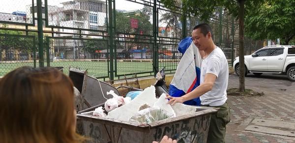 Vụ bé sơ sinh bị vứt trong xe rác ở Hà Nội: Cơn mưa đã cứu sống sinh linh bé nhỏ - Ảnh 2
