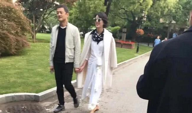 6 năm sau cuộc hôn nhân đổ vỡ với Vương Phi, Lý Á Bằng bất ngờ công khai nắm tay thân mật cùng tình mới - Ảnh 2