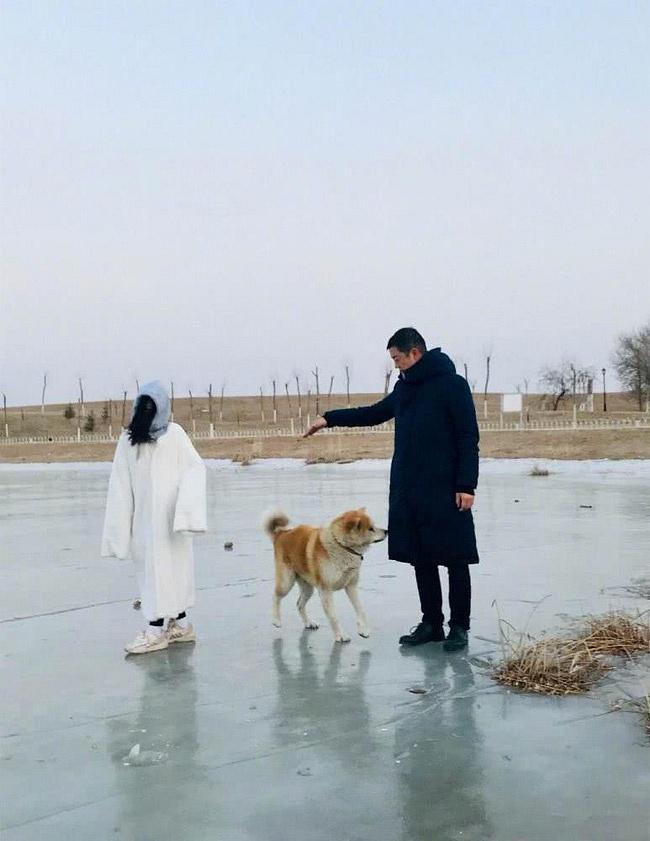 6 năm sau cuộc hôn nhân đổ vỡ với Vương Phi, Lý Á Bằng bất ngờ công khai nắm tay thân mật cùng tình mới - Ảnh 3