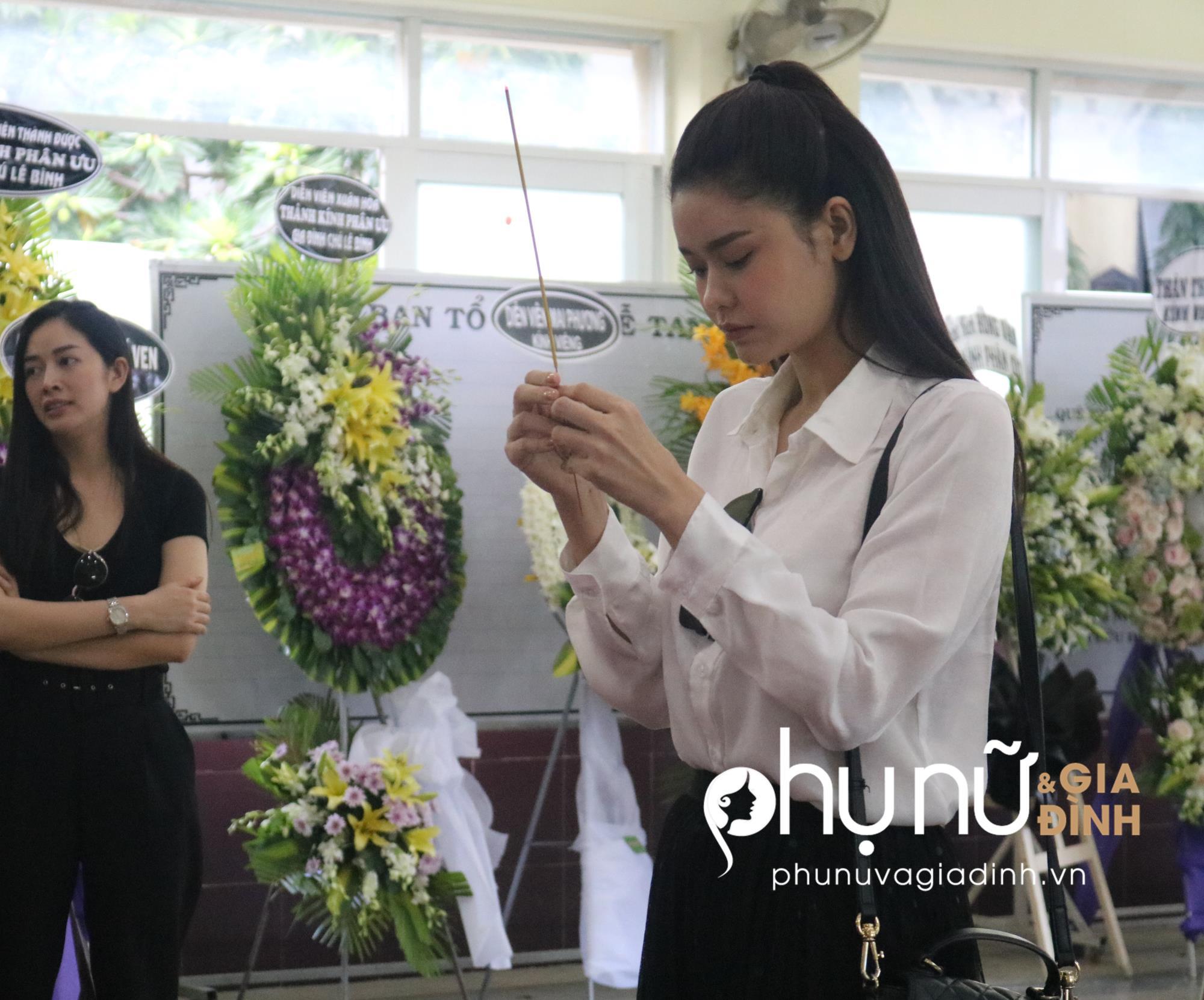 Viếng 'tía' Lê Bình, Dương Cẩm Lynh nấc nghẹn khi nhìn mặt ông lần cuối - Ảnh 5