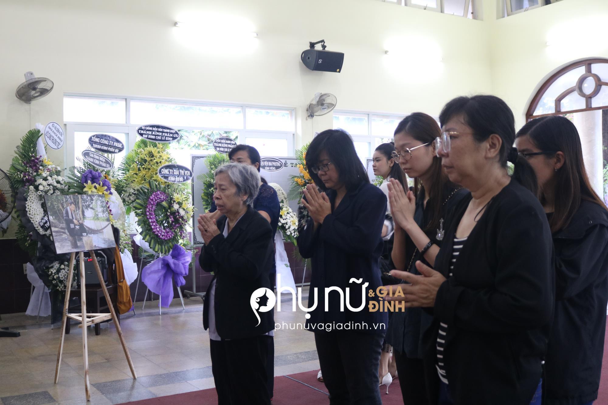 Viếng 'tía' Lê Bình, Dương Cẩm Lynh nấc nghẹn khi nhìn mặt ông lần cuối - Ảnh 7