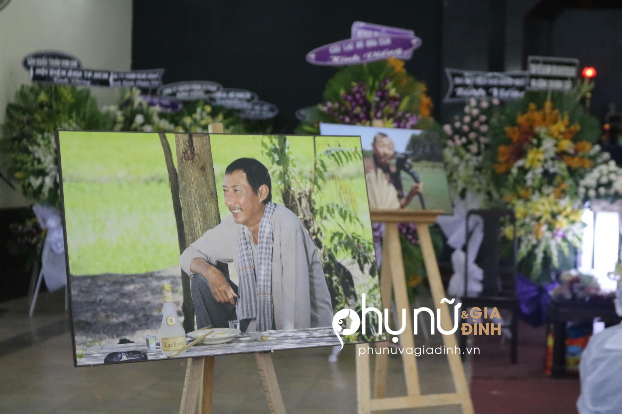 Viếng 'tía' Lê Bình, Dương Cẩm Lynh nấc nghẹn khi nhìn mặt ông lần cuối - Ảnh 8