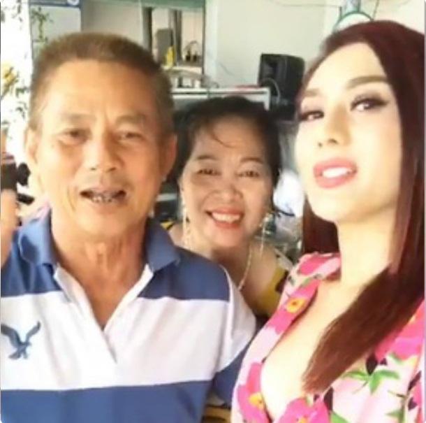 Con dâu bị chỉ trích vì mặc trễ nải 'khoe hàng', bố chồng Lâm Khánh Chi không cấm mà còn khuyến khích - Ảnh 4
