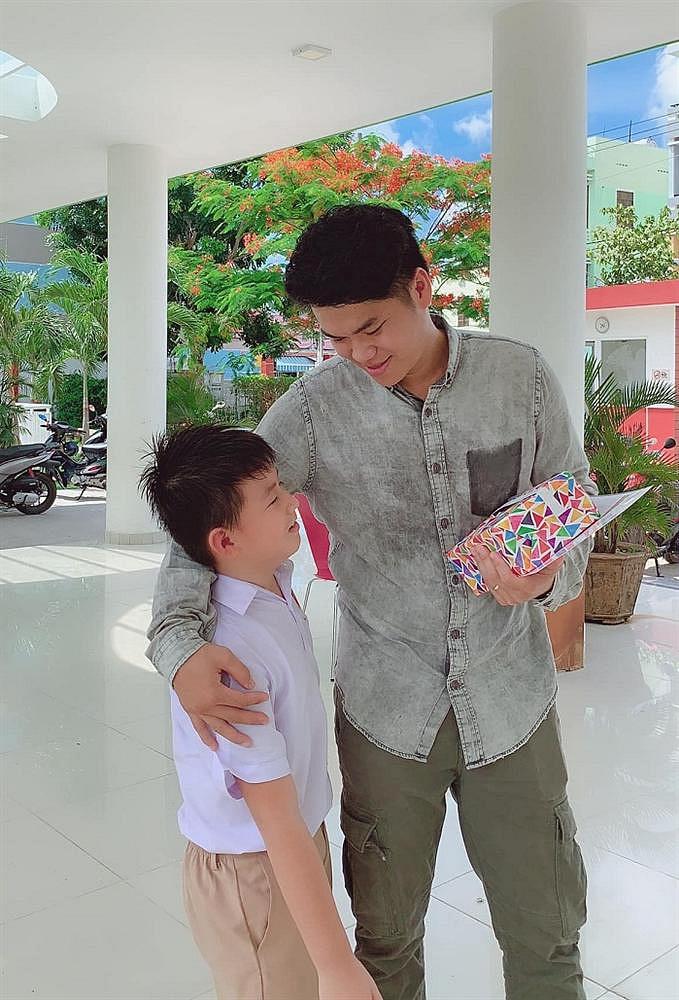 Đối xử với con riêng của vợ chẳng khác gì cha ruột, ông xã Lê Phương nhận được điều này từ bé Cà Pháo - Ảnh 2