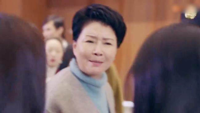 'Hạnh phúc trong tầm tay': Mẹ Địch Lệ Nhiệt Ba dữ dằn xô xát với đám đông để bảo vệ con gái - Ảnh 2