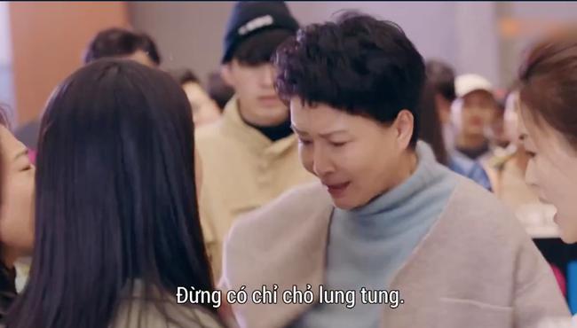 'Hạnh phúc trong tầm tay': Mẹ Địch Lệ Nhiệt Ba dữ dằn xô xát với đám đông để bảo vệ con gái - Ảnh 3