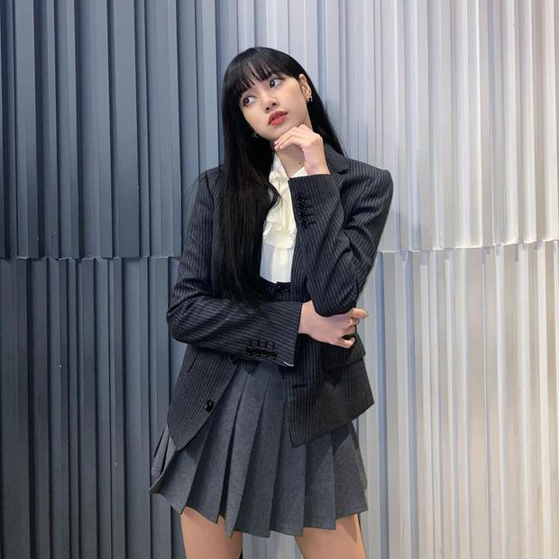 Lisa (BLACKPINK) gây choáng với ảnh hậu trường 'Thanh Xuân Có Bạn', nhìn chân dài khó tin là hiểu cô bạn Rosé có tâm thế nào - Ảnh 1
