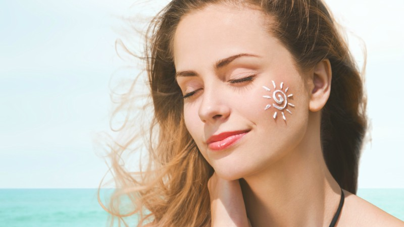 Những vùng da thường bị lãng quên khi bôi kem chống nắng, các nàng cần biết điều này - Ảnh 1