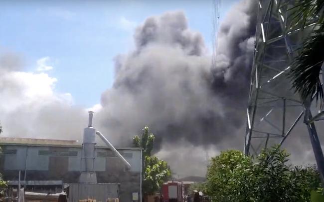 Công ty gỗ ở Bình Dương cháy dữ dội, nhiều người đến sát hiện trường... live stream dưới dòng điện cao thế - Ảnh 1