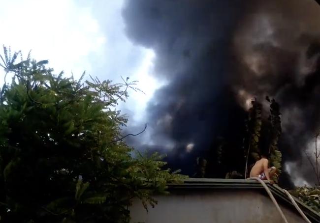 Công ty gỗ ở Bình Dương cháy dữ dội, nhiều người đến sát hiện trường... live stream dưới dòng điện cao thế - Ảnh 3