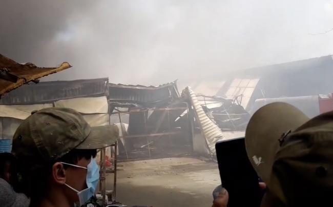 Công ty gỗ ở Bình Dương cháy dữ dội, nhiều người đến sát hiện trường... live stream dưới dòng điện cao thế - Ảnh 4