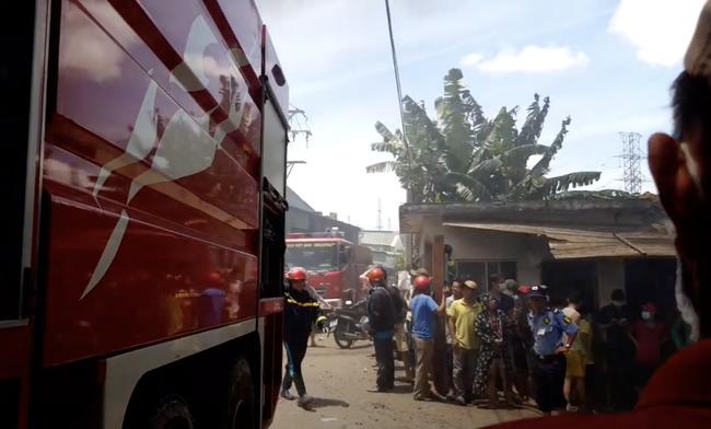 Công ty gỗ ở Bình Dương cháy dữ dội, nhiều người đến sát hiện trường... live stream dưới dòng điện cao thế - Ảnh 5