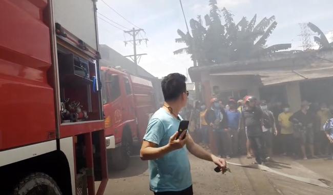 Công ty gỗ ở Bình Dương cháy dữ dội, nhiều người đến sát hiện trường... live stream dưới dòng điện cao thế - Ảnh 8