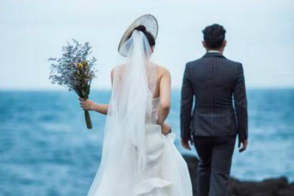 Đêm tân hôn mãi không thấy chồng xuất hiện, cô dâu xuống phòng mẹ chồng chứng kiến 'màn bóc phong bì' mà lao đầu bỏ chạy về nhà đẻ - Ảnh 2