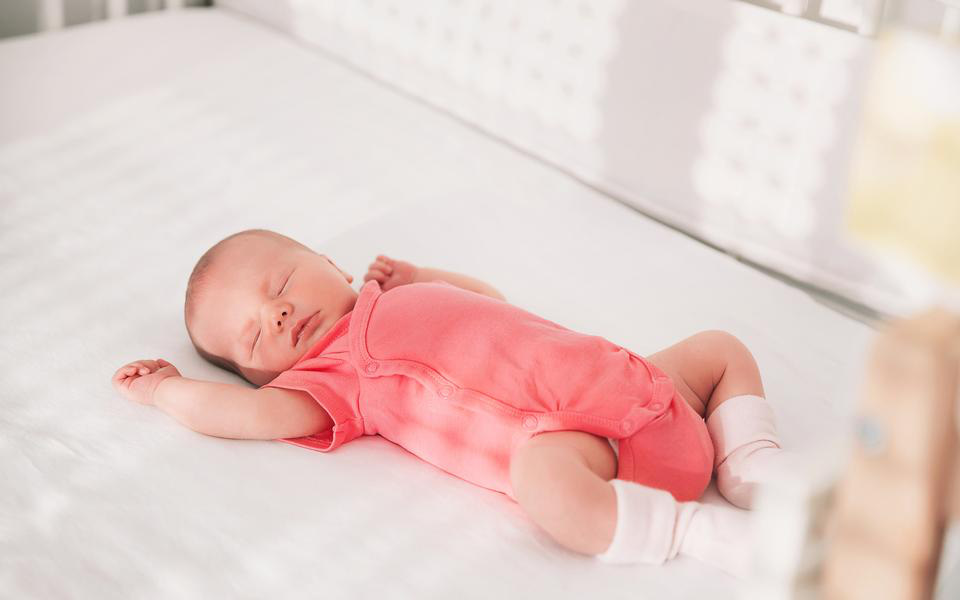 Hướng dẫn cách mặc quần áo cho bé yêu phù hợp với nhiệt độ phòng, giúp con ngủ ngon 1 mạch tới sáng - Ảnh 1