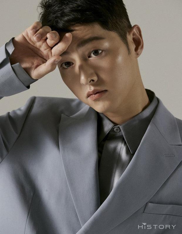Song Joong Ki 'bị dụ' làm trùm mafia, bén duyên với 'gái ế' Jeon Yeo Bin ở dự án phim mới - Ảnh 1