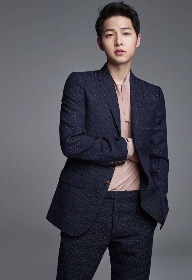 Song Joong Ki 'bị dụ' làm trùm mafia, bén duyên với 'gái ế' Jeon Yeo Bin ở dự án phim mới - Ảnh 2