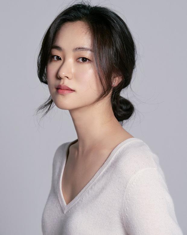 Song Joong Ki 'bị dụ' làm trùm mafia, bén duyên với 'gái ế' Jeon Yeo Bin ở dự án phim mới - Ảnh 4