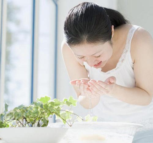 Nấu nước lá trà xanh để rửa mặt 2 lần mỗi ngày, da bật tông trắng mịn như bông bưởi mà chẳng cần mỹ phẩm - Ảnh 3