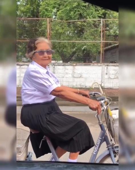 Clip cụ bà 84 tuổi mặc đồng phục, tự đạp xe đi thi lớp 6 đốn tim cộng đồng mạng vì quá đáng yêu - Ảnh 4