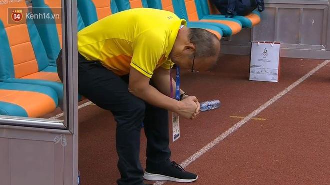 HLV Park Hang Seo liên tục cúi mặt, ôm đầu ở loạt sút penalty cân não - Ảnh 2