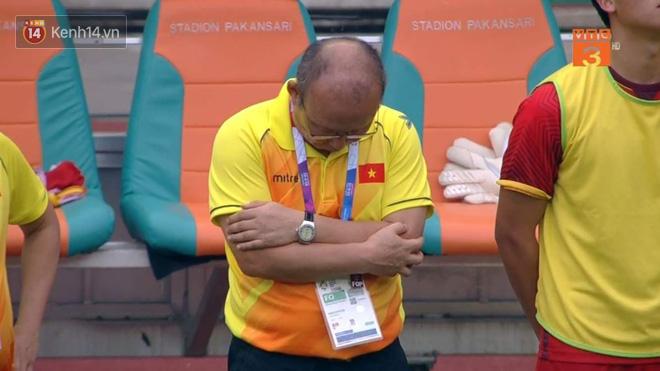 HLV Park Hang Seo liên tục cúi mặt, ôm đầu ở loạt sút penalty cân não - Ảnh 3
