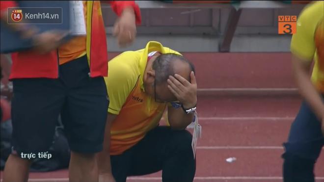 HLV Park Hang Seo liên tục cúi mặt, ôm đầu ở loạt sút penalty cân não - Ảnh 4