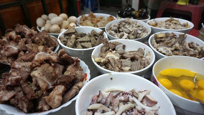 Những quán cháo trong hẻm khách 'check- in' ầm ầm ở Sài Gòn - Ảnh 1