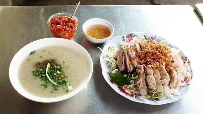 Những quán cháo trong hẻm khách 'check- in' ầm ầm ở Sài Gòn - Ảnh 2