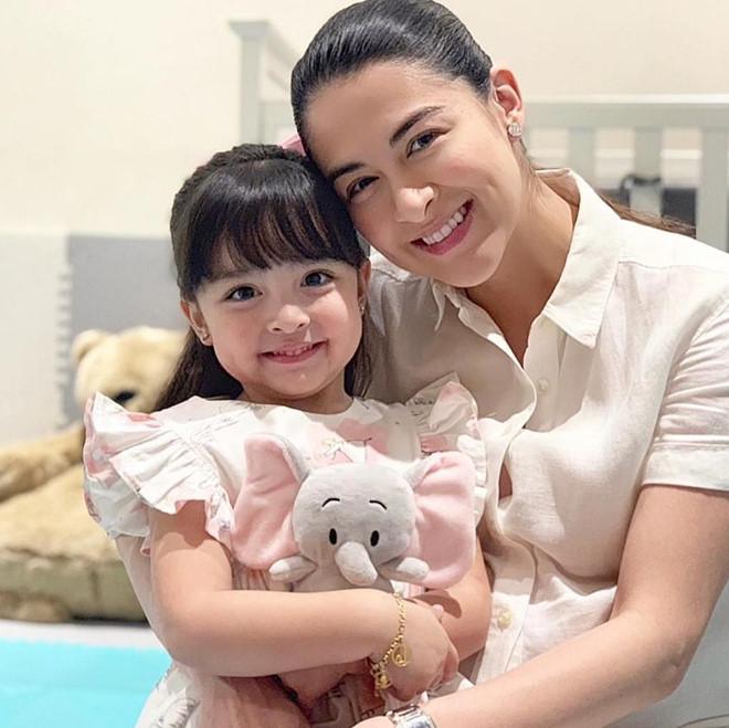 Con gái 'mỹ nhân đẹp nhất Philippines' được khen khi mặc đồ đôi với mẹ - Ảnh 3