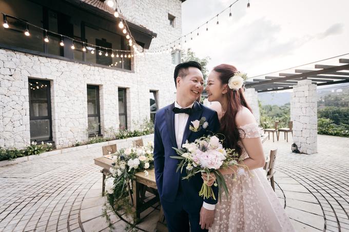 Cô nàng cười hạnh phúc trong chiếc váy cô dâu lộng lẫy và khoác tayông xã - Ảnh: FB